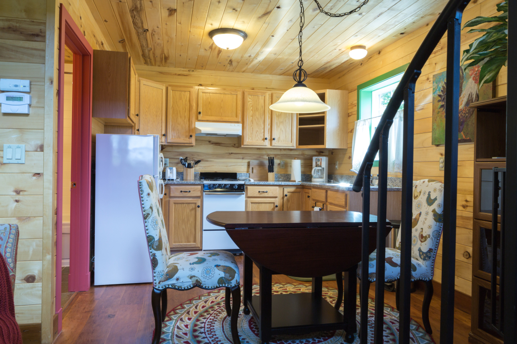 Alpinglow Cabin - Kitchen From Living Rm